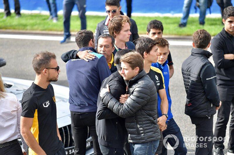 Mia Sharizman, Director de la Renault Sport Academy, abraza a Nicholas Latifi, con Louis Deletraz, Carlin, Jack Aitken, Campos Racing, Guanyu Zhou, UNI Virtuosi Racing y Luca Ghiotto, UNI Virtuosi Racing