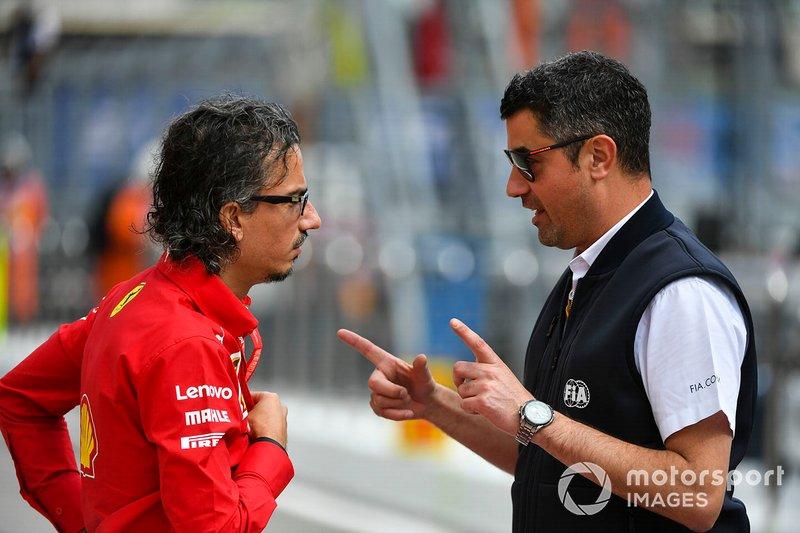 Michael Masi, director de carrera, habla con Laurent Mekies, director deportivo de Ferrari