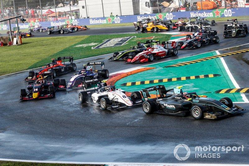 Jake Hughes, HWA RACELAB, Fabio Scherer, Sauber Junior Team by Charouz, Yuki Tsunoda, Jenzer Motorsport, Pedro Piquet, Trident y Richard Verschoor, MP Motorsport en la salida