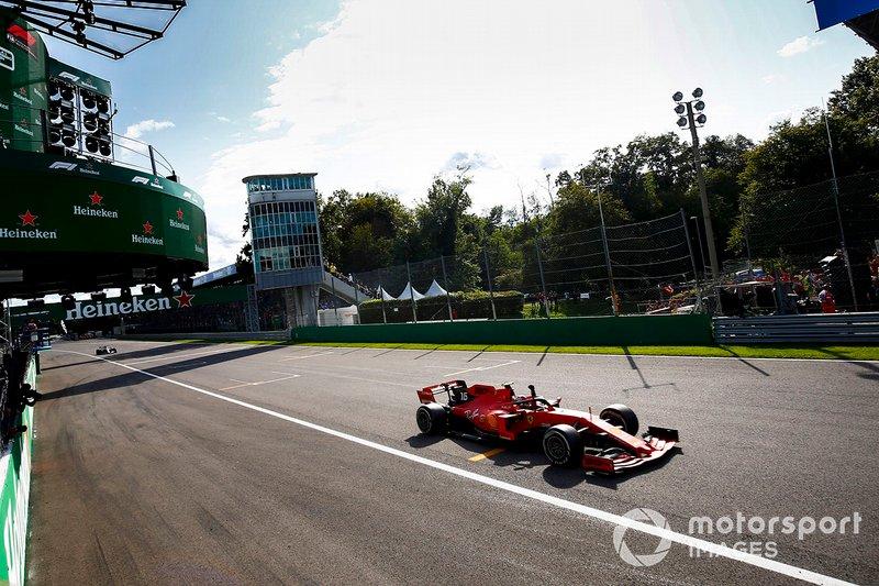 Il vincitore della gara Charles Leclerc, Ferrari SF90 festeggia mentre taglia il traguardo