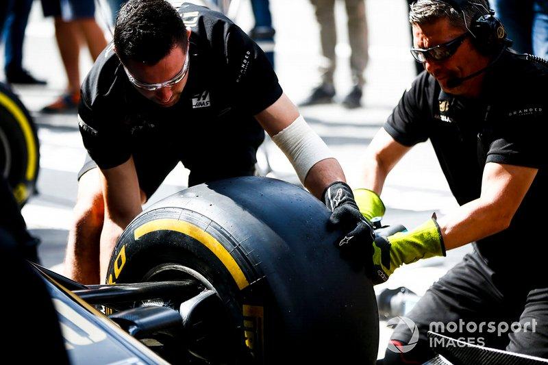 Meccanici della Haas F1 montano un pneumatico