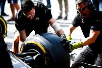 Haas F1 monteurs monteren een wiel