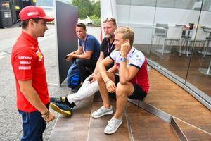 Marcus Ericsson, Alfa Romeo Racing, parla con Charles Leclerc, Ferrari