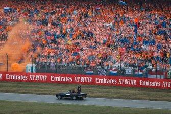 Max Verstappen, Red Bull Racing RB15, voor zijn fans op de tribune Hockenheim