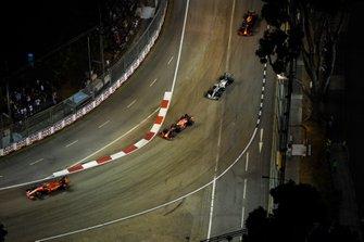 Sebastian Vettel, Ferrari SF90, voor Max Verstappen, Red Bull Racing RB15, en Valtteri Bottas, Mercedes AMG W10