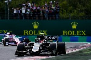 Kevin Magnussen, Haas F1 Team VF-19, voor Lance Stroll, Racing Point RP19