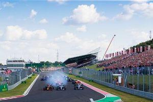 Max Verstappen, Red Bull Racing RB15, voor Valtteri Bottas, Mercedes AMG W10, Lewis Hamilton, Mercedes AMG F1 W10, en de rest van het veld bij de start