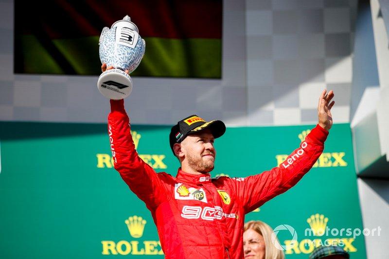 Il terzo classificato Sebastian Vettel, Ferrari, festeggia con il suo trofeo