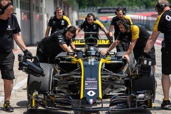 Guanyu Zhou, Renault Sport Academy, tests Renault 2017 F1 Car in Austria