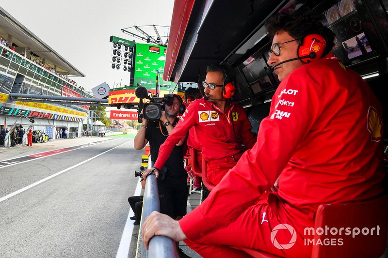 Laurent Mekies, Sporting Director, Ferrari, e Mattia Binotto, Team Principal Ferrari, al pit wall della Ferrari