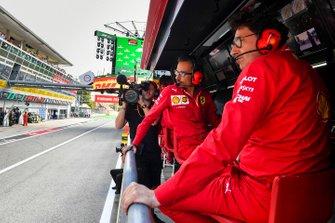 Laurent Mekies, director deportivo de Ferrari, y Mattia Binotto, director del equipo Ferrari, en la pared del foso de Ferrari.
