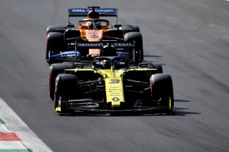 Daniel Ricciardo, Renault F1 Team R.S.19, leads Carlos Sainz Jr., McLaren MCL34