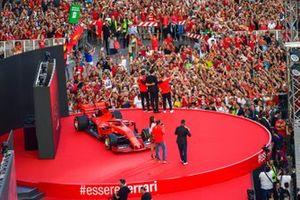 Charles Leclerc, Ferrari, Mattia Binotto y Sebastian Vettel, Ferrari de pie en el escenario frente a la multitud