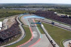 Max Verstappen, Red Bull Racing RB16B, Sergio Perez, Red Bull Racing RB16B, e Charles Leclerc, Ferrari SF21