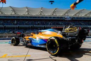 Daniel Ricciardo, McLaren MCL35M, sort de son garage