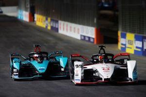 Pascal Wehrlein, Tag Heuer Porsche, Porsche 99X Electric, precede Mitch Evans, Panasonic Jaguar Racing, Jaguar I-Type 5