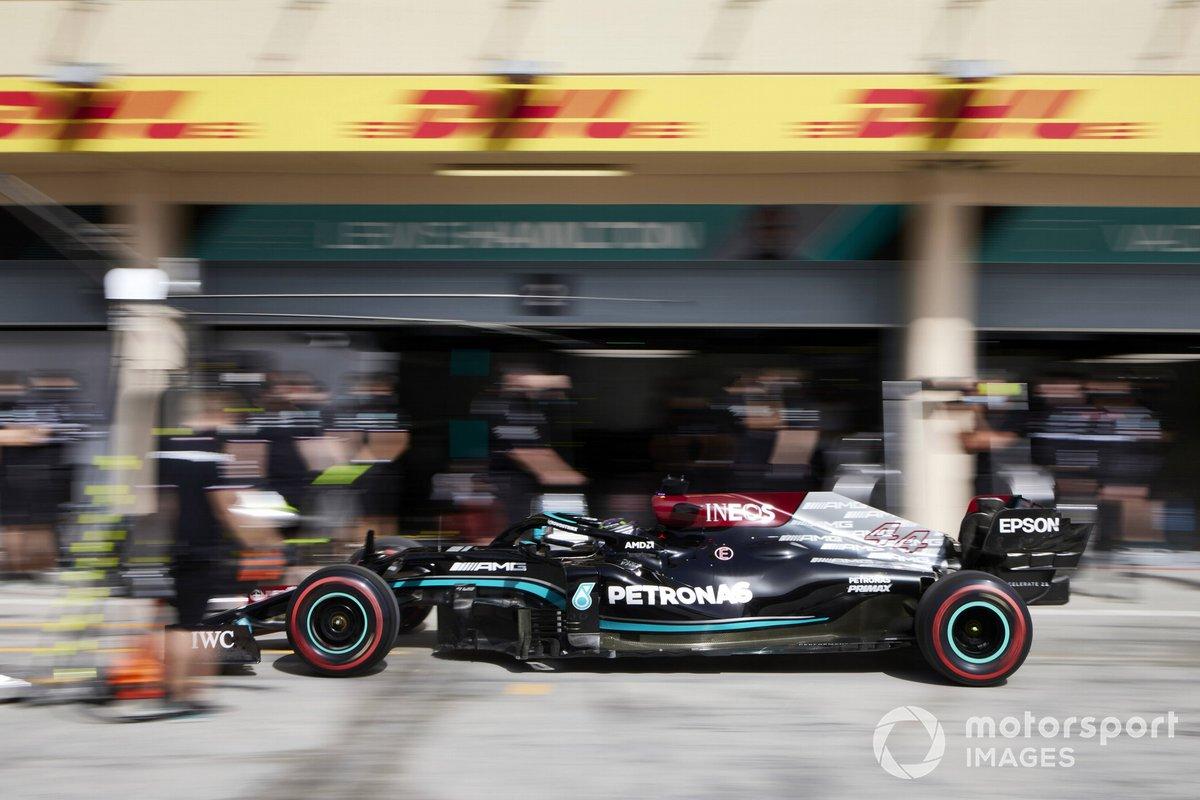 Lewis Hamilton, Mercedes W12, durante una prova di pitstop