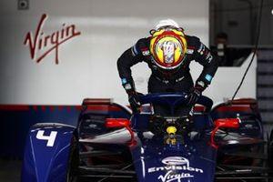 Robin Frijns, Envision Virgin Racing, climbs into his seat