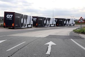 Los camiones del equipo Alpha Tauri de camino a Portimao