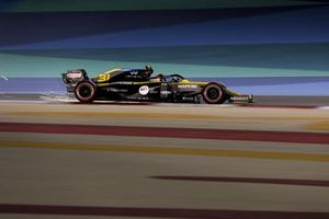 Sparks fly from Esteban Ocon, Renault F1 Team R.S.20