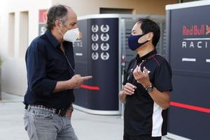Gerhard Berger, chairman of ITR, chats with Toyoharu Tanabe, F1 Technical Director, Honda
