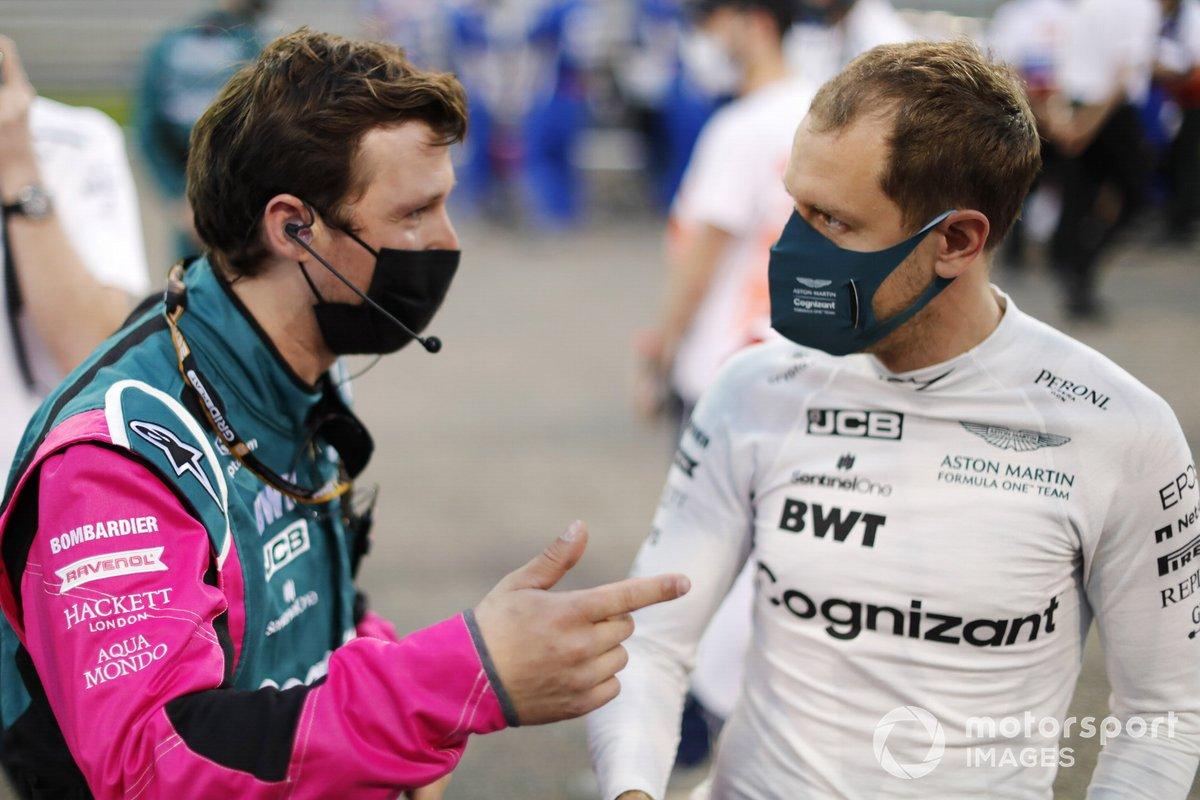 Sebastian Vettel, Aston Martin, con un ingeniero en la parrilla