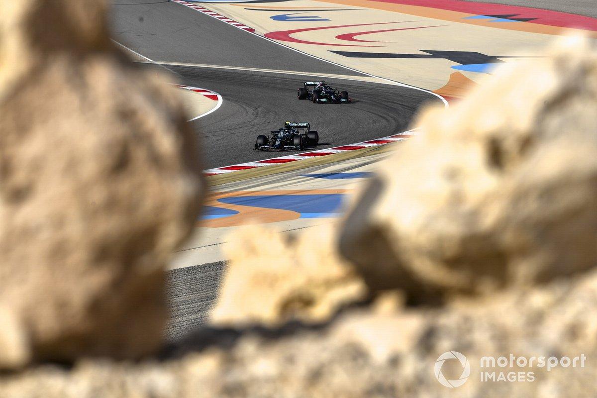 Sebastian Vettel, Aston Martin AMR21, Sir Lewis Hamilton, Mercedes W12