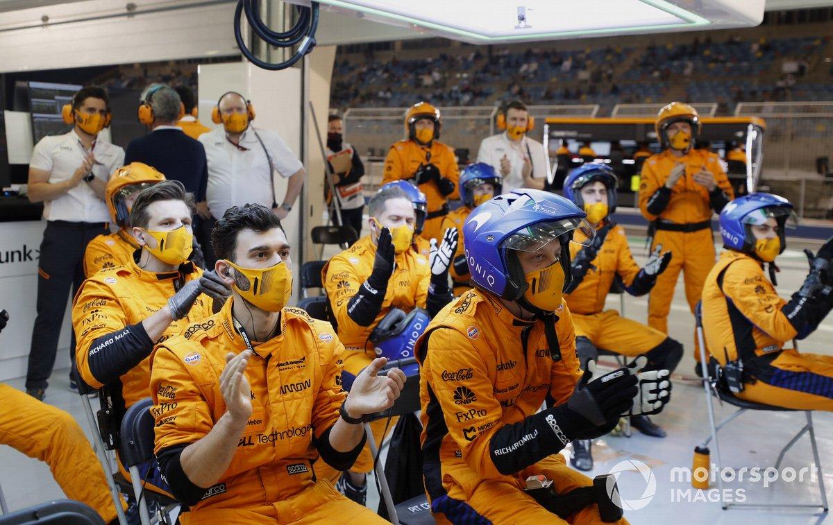 El equipo de boxes de McLaren aplaude los esfuerzos de sus pilotos en el garaje
