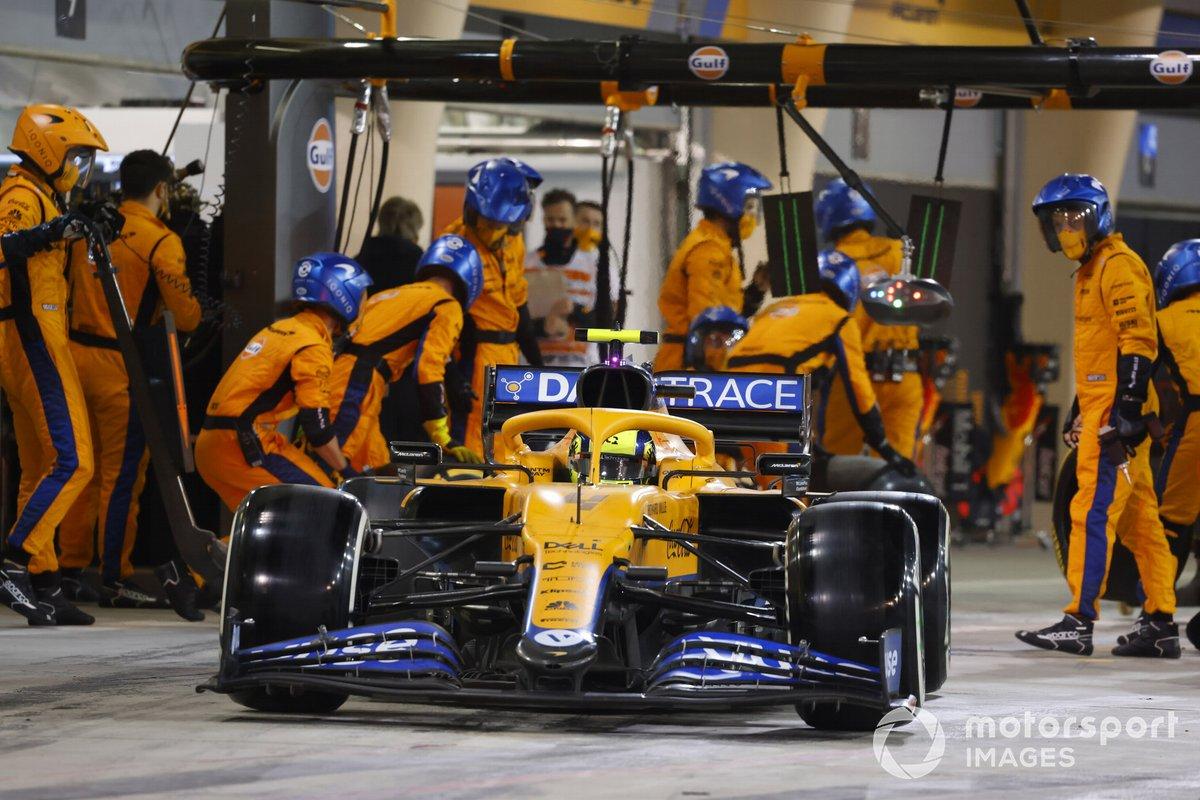 Lando Norris, McLaren MCL35M, rientra in pista dopo il pit stop
