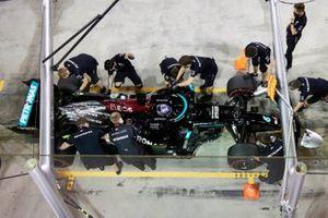 Lewis Hamilton, Mercedes W12, ai box bon i meccanici