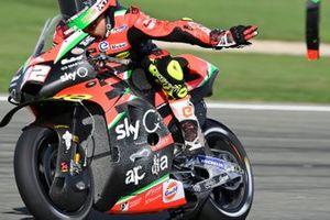 Lorenzo Savadori, Aprilia Racing Team Gresini, jette une partie cassée de sa moto