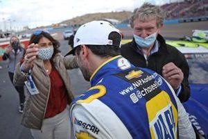 Chase Elliott, Hendrick Motorsports, Chevrolet Camaro, celebrates with his parents, Cindy Elliott and NASCAR Hall of Famer Bill Elliott