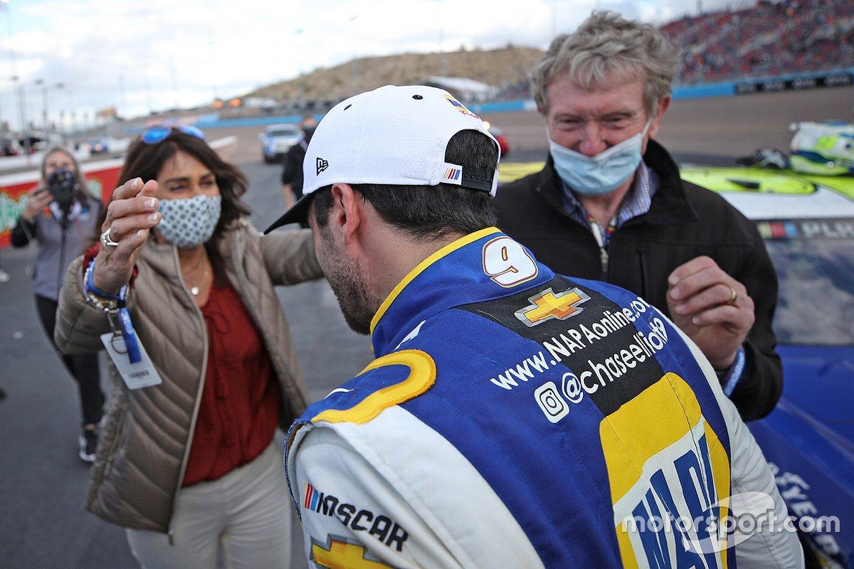 Campeón Chase Elliott, Hendrick Motorsports, Chevrolet Camaro, celebra con sus padres, Cindy Elliott y el Salón de la Fama de NASCAR Bill Elliott