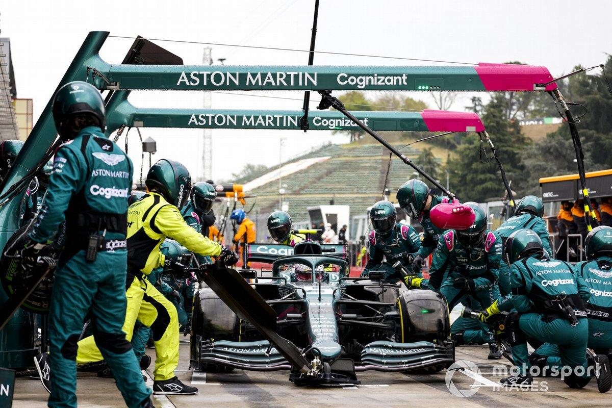 Sebastian Vettel, Aston Martin AMR21 pit stop