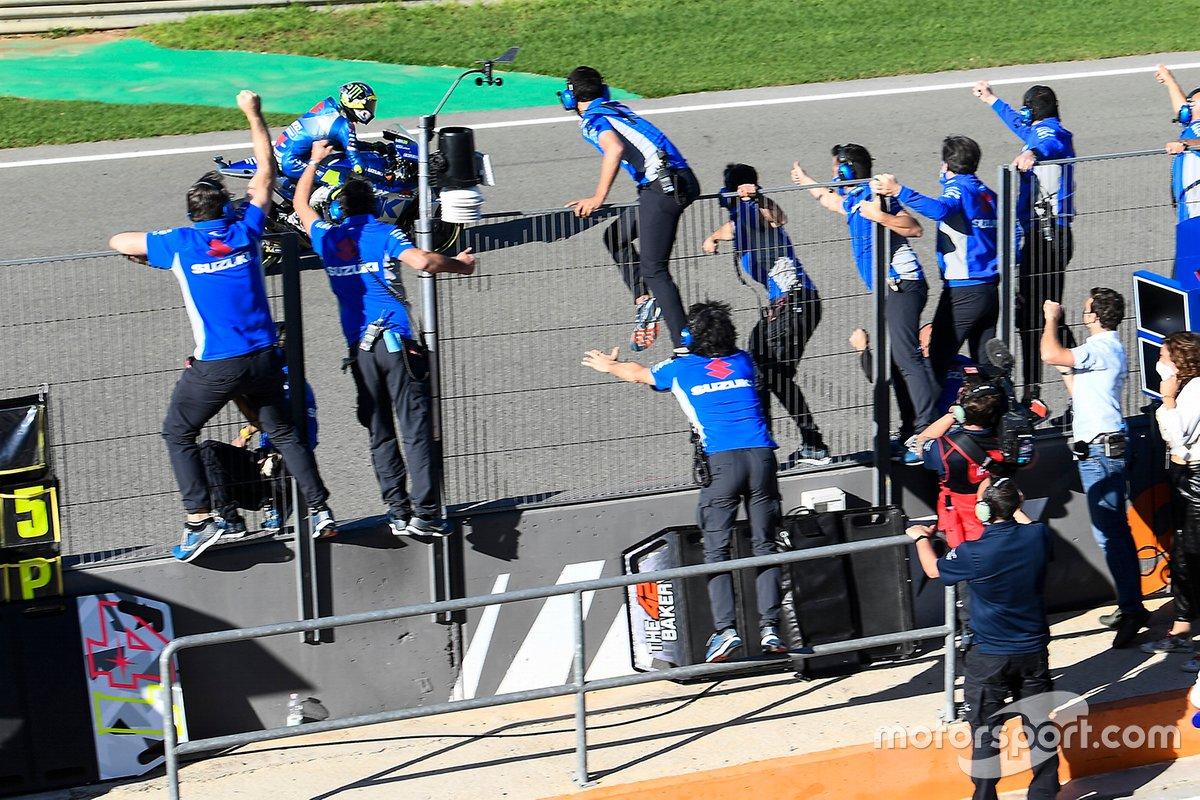 Para anggota Team Suzuki Ecstar menyambut kesuksesan Joan Mir menjadi juara dunia MotoGP 2020