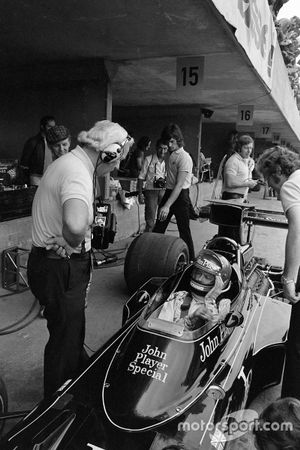 Ronnie Peterson sits aboard his Lotus 72E Ford and chats with Colin Chapman