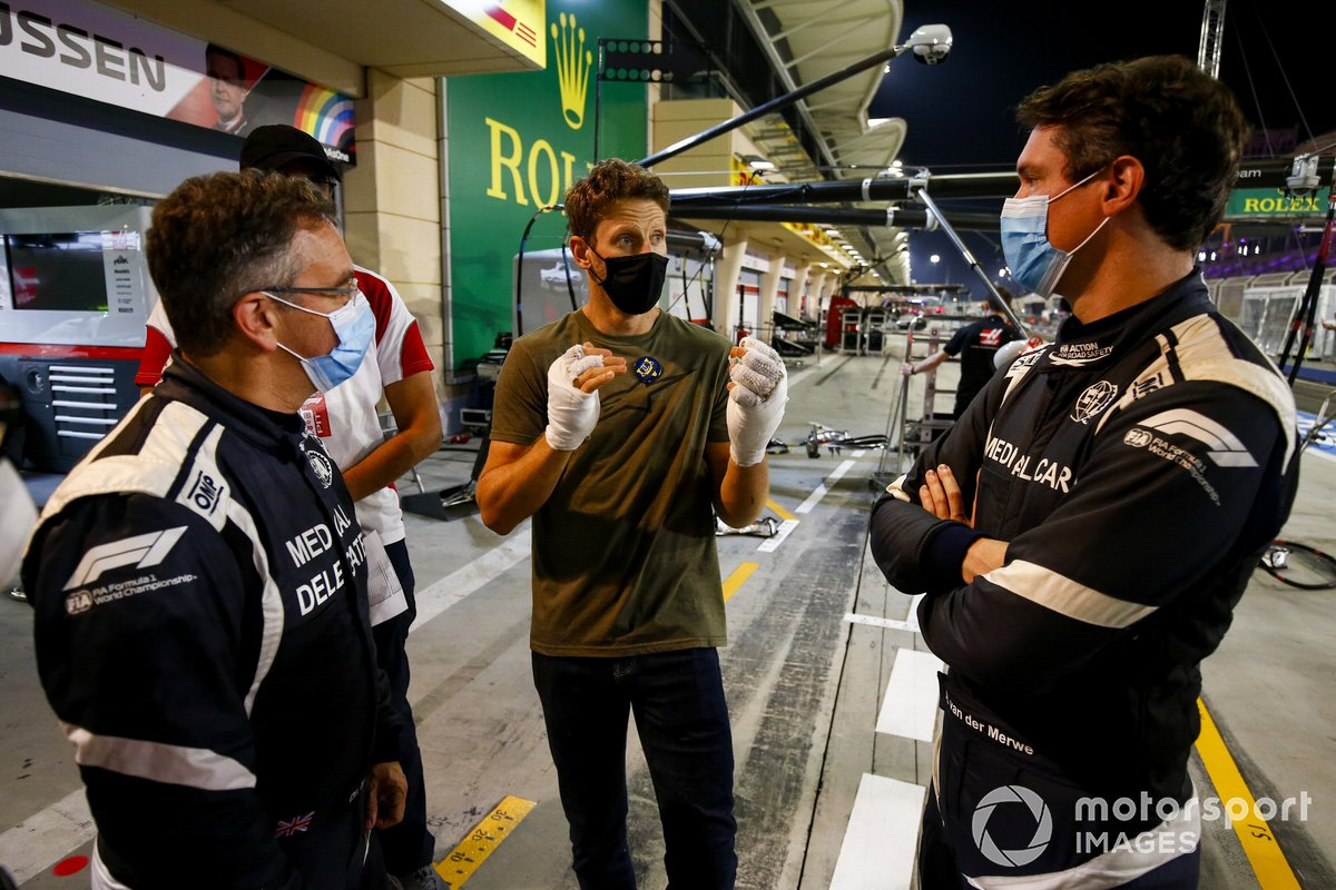 Romain Grosjean, Haas F1 incontra i marshal e lo staff medico incluso il Dottor Ian Roberts, il pilota della medical car Alan van der Merwe che lo ha aiutato all'incidente dello scorso GP