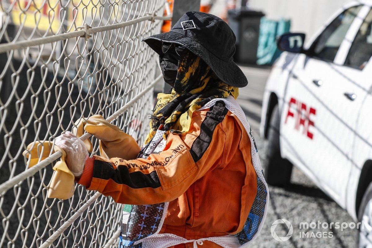 Un oficial de pista observa a través de la valla de seguridad