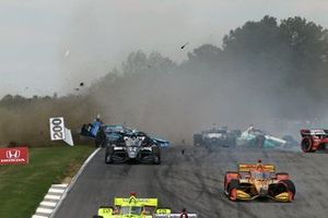 Crash: Max Chilton, Carlin Racing Chevrolet