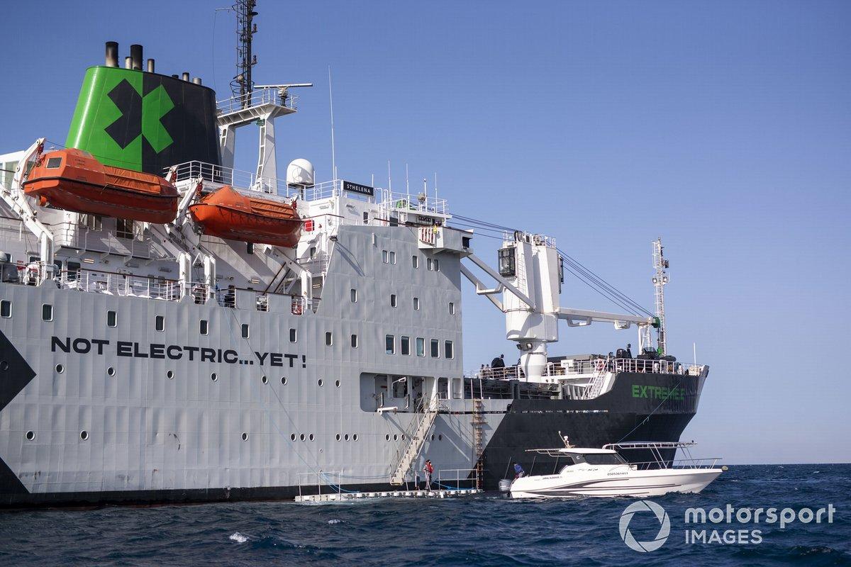 Un pequeño bote espera al lado del buque logístico de Santa Elena.