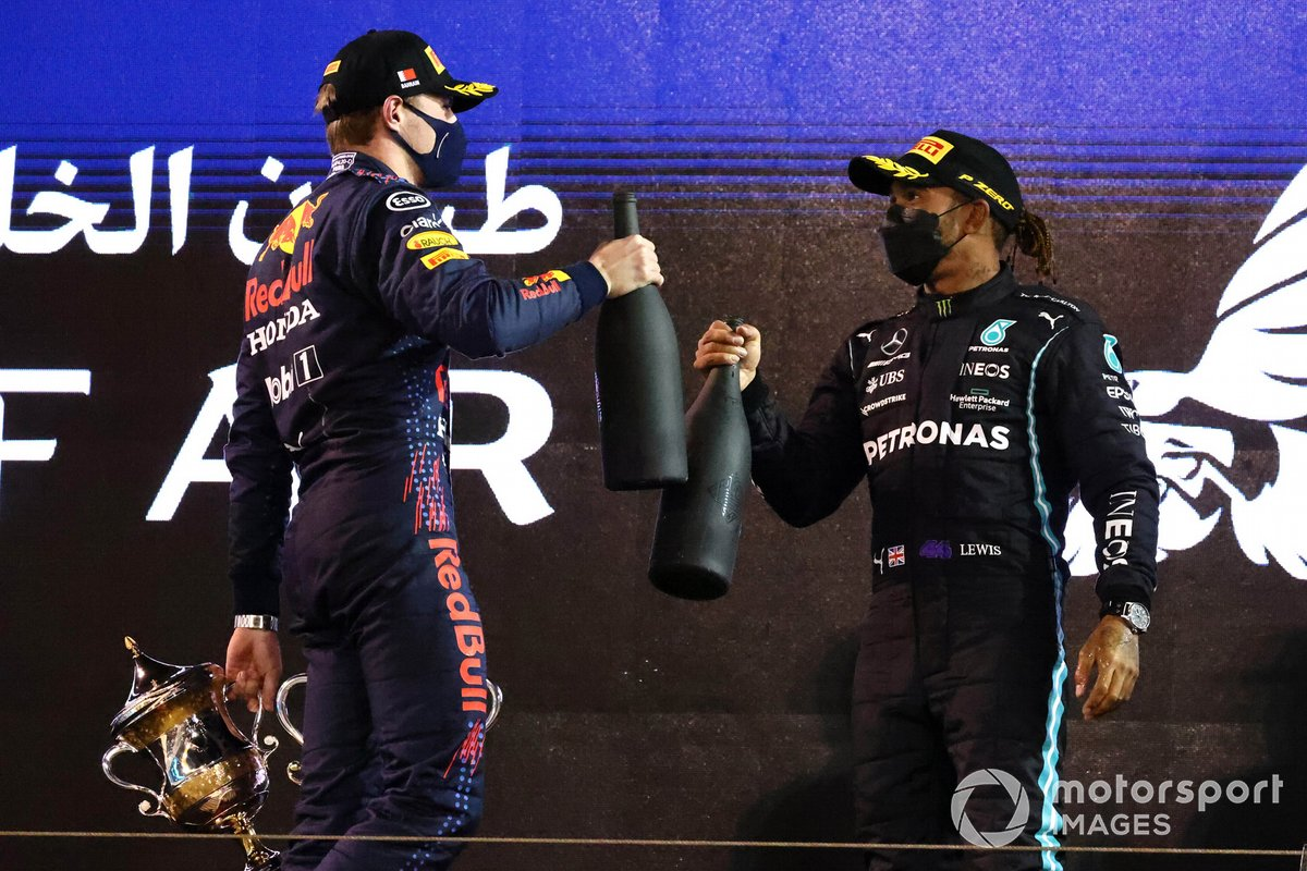 Max Verstappen, Red Bull Racing, secondo classificato, e Lewis Hamilton, Mercedes, primo classificato, sul podio