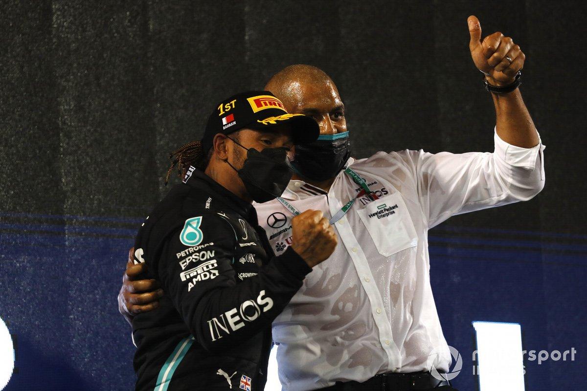 Lewis Hamilton, Mercedes, festeggia la vittoria sul podio