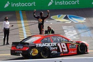 Ganador Martin Truex Jr., Joe Gibbs Racing, Toyota Camry Bass Pro Shops celebra