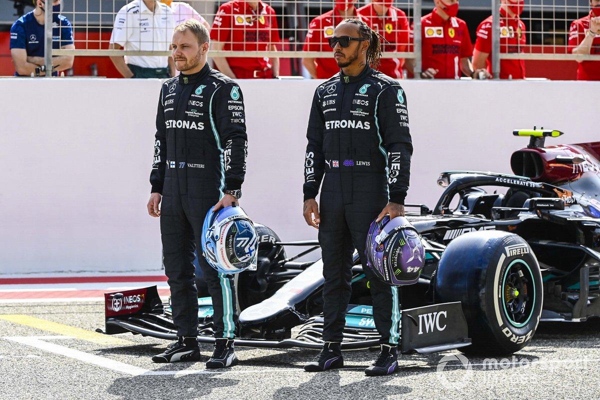 Valtteri Bottas, Mercedes, y Lewis Hamilton, Mercedes, con el Mercedes W12