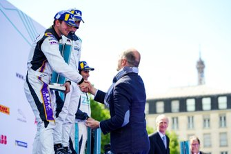 Stefan Rzadzinski, TWR TECHEETAH, 2nd position, shakes hands on the podium