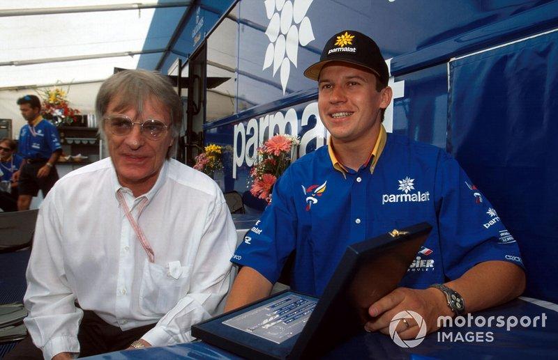 Bernie Ecclestone présente à Olivier Panis une récompense pour sa victoire au GP de Monaco