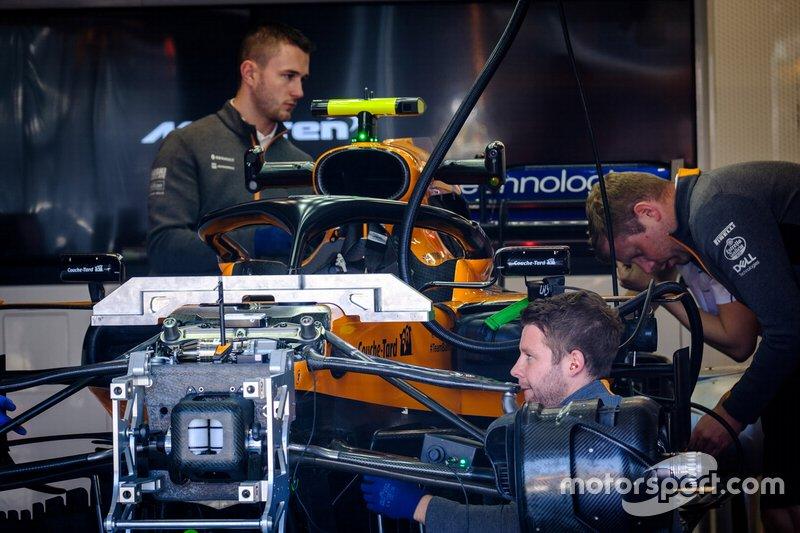 Mecânicos trabalham na McLaren MCL34