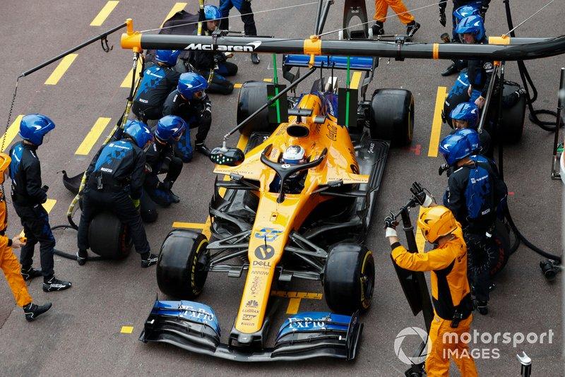 Carlos Sainz Jr., McLaren MCL34, pit stop