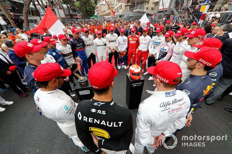 The drivers lead a tribute to the late Niki Lauda