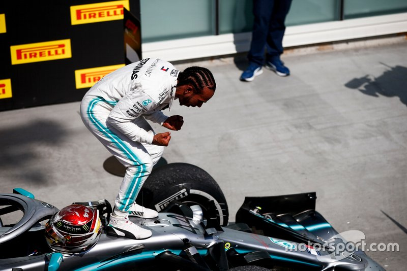 """Hamilton comemorou, mas disse no rádio """"Não gostaria de vencer desta forma""""."""